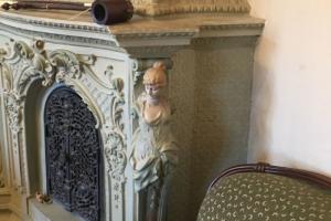Облицовку старинной печи из петербургской квартиры продают под разборку на «Авито». Она не охраняется