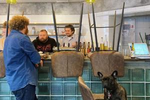На Казанской улице открылась новая рюмочная «Ипполит». Там подают настойки и традиционные русские закуски