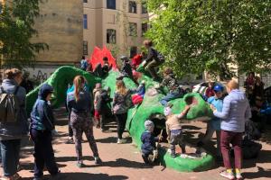 Как горожане красили дракона, репку и зверей в петербургских дворах. Это соседский фестиваль «День Тома Сойера»