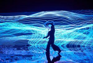 Это арт-проект «Цифровые двойники» на ПМЭФ-2021. Посмотрите, как нейросеть создает диджитал-зеркало и отражает фигуры людей