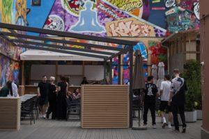 Во дворе бара Tsunami на Лиговском открыли пространство с террасой и событиями. Там можно попробовать азиатские блюда, заняться йогой и послушать музыку 🍣 🎛