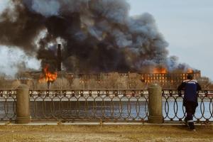 В МЧС назвали причины, из-за которых пожар в «Невской мануфактуре» тушили пять дней. Среди них — сильный ветер иособенности здания