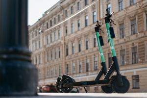 Скорость арендованных электросамокатов на 20 улицах Центрального и Петроградского районов ограничили до 10 км/ч