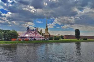 У Петропавловской крепости к ПМЭФ установили шатер. Там пройдут цирковые выступления для участников 🎪