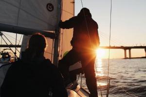 Каникулы на яхте, выходные в вепсской избе и велопутешествие по Пскову — необычные туры, в которые можно отправиться из Петербурга