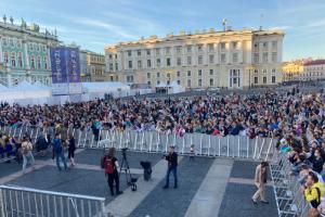 Тысячи людей пришли послушать концерт Арбениной на Дворцовой. В ВИП-зоне — шахматная рассадка, за ограждением — толпы