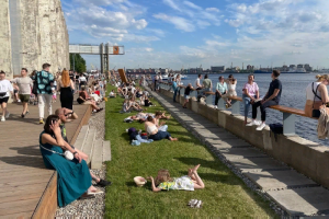 В Петербурге +25 и выходной — время лежать и загорать. Посмотрите, как горожане млеют на солнце в парках и на пляжах 🤤
