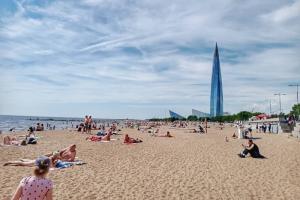 Петербуржцы спасаются от жары на пляжах. У Петропавловской крепости и в парке 300-летия — толпы