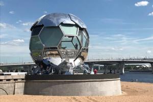 Как выглядит Петербург перед Евро-2020. Центр украсили, в парке 300-летия установили гигантский стеклянный мяч, а горожане шутят про прошлогодние вывески