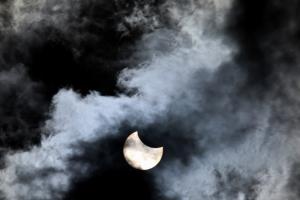 В Петербурге наблюдали кольцеобразное солнечное затмение. Одно фото из центра города