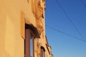 Сотрудники коммунальных служб сбили лепнину с доходного дома Орлова на Вознесенском проспекте