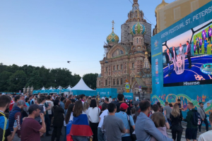 В фан-зоне в «Никольских рядах» отменили трансляцию матча Евро-2020. Площадка на Конюшенной заполнена