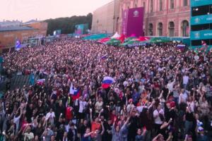 Люди уходят из фан-зоны на Конюшенной площади — после того, как Россия пропустила два гола за полчаса. Онлайн-трансляция «России 1» недоступна