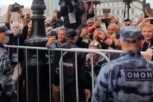 Польские фанаты уже погуляли на Рубинштейна и спели для своей сборной. За ними пристально следят полиция и ОМОН