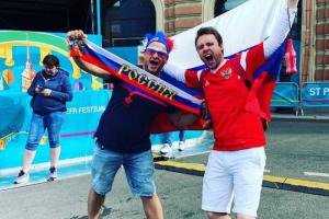 Кокошники, костюмы Ивана Грозного и «Катюша»: как болельщики праздновали победу сборной России в Петербурге