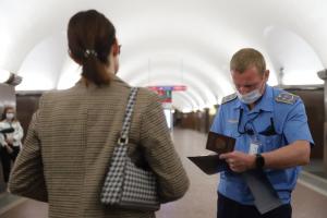 В метро Петербурга проверили, соблюдают ли пассажиры масочный режим. Треть надевает средства защиты только после замечаний