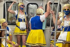 Шведские болельщики в Петербурге — это 💛💛💛. Громогласно поют и восхищают всех костюмами златовласых девушек и викингов