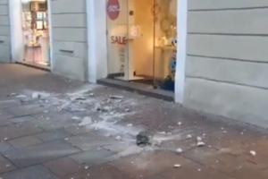 На Невском проспекте лепнина рухнула в толпу на тротуаре. Никто не пострадал