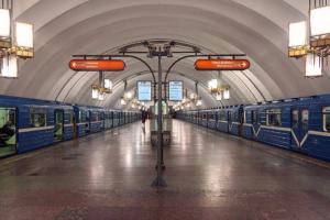 Пассажир упал на пути на станции «Лиговский проспект». Он выжил