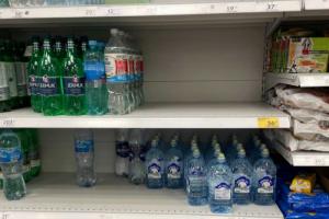 Похоже, петербуржцы сейчас пьют очень много воды — в некоторых магазинах опустели полки. Но ситуация не такая плохая, как с вентиляторами
