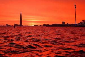 Над Петербургом — огненный закат. Кто-то даже успел полюбоваться радугой в лучах заходящего солнца