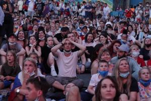 «Футбольную деревню» на Конюшенной 25 июня закроют на санитарный день. Но сегодня там будут концерты — на сцене выступит Женя Любич