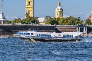 Между Петербургом и «Островом фортов» запустили метеоры. Они отходят от пристани у Медного всадника