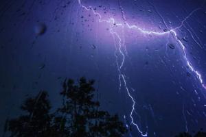 Ночью Петербург накрыла гроза. Показываем ливень и электрические разряды — в 13 фото и видео ⚡️