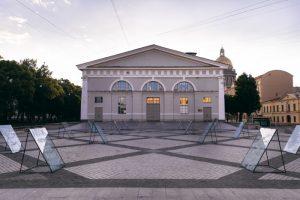 У «Манежа» установили арт-объекты из поцарапанного стекла. Вот как выглядит выставка с работами Владимира Абиха, Покраса Лампаса и других художников