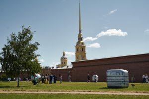 У Петропавловской крепости выставили одиннадцать серебряных арт-объектов, символизирующих регионы Северо-Запада. Посмотрите, как они выглядят