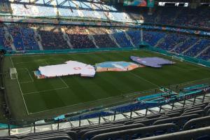 На «Газпром Арене» начался матч Польша — Словакия. Польские болельщики танцевали у Медного всадника 🕺