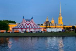 «Яндекс» на Заячьем острове, «Чиж» на фоне Кремля и Forbes в ДЛТ. Смотрите на пять самых громких вечеринок второго дня ПМЭФ 🎵 🎶