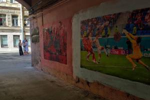 В Петербурге появилась фреска, посвященная коронавирусу на Евро-2020. Она находится рядом с работой о заражениях на «Алых парусах»