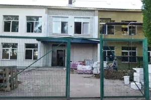 В соцсетях обсуждают ремонт в школе под Гатчиной — там остались плесень и грибок, а директору грозили увольнением за отказ принять работы. Что об этом известно