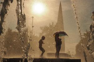 Петербуржцы купаются в фонтанах парка 300-летия. И им хо-ро-шо!