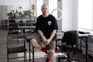 Как работать в кайф, если ты ежедневно бьешь татуировки? Мастер из Sashatattooing — о рисовании как медитации, паузах в работе на кураже и выгорании от общения