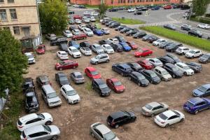 За нарушениями парковки во дворах Петербурга будут следить по новой системе. Вот как она устроена