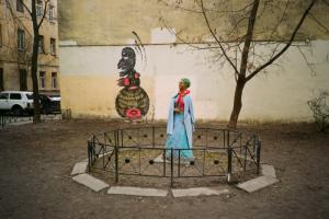 Вы могли видеть этот стрит-арт — портрет с большим носом и острым подбородком. Это СЭР — тег рисовали во дворе Коломенской Венеры, а его прообразом стал Петрович из комиксов 90-х