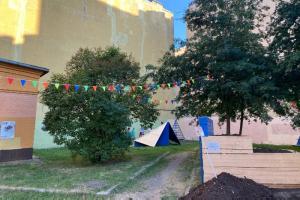 Местные жители благоустроили сквер у клуба «Космонавт» — теперь там есть амфитеатр, домик для котов и общественный огород