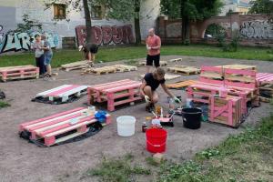Как горожане обустроили двор на Васильевском. Они вывезли 50 мешков мусора, установили трибуны и помост для йоги — и вместе смотрели финал Евро
