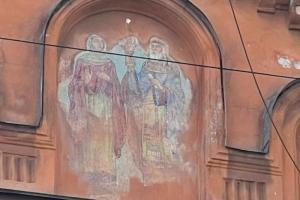 На здании Елизаветинской богадельни Елисеевых обнаружили мозаичную икону, закрашенную в 1920-х. Ее отмывают краеведы из «Гэнгъ»