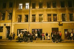 Ночью полиция пришла в бары на Некрасова. Сотрудники потребовали вывести гостей за полчаса до времени обязательного закрытия, очевидцы сообщили о задержании