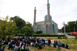 Десятки петербургских мусульман пришли к Соборной мечети в Курбан-байрам — несмотря на призыв оставаться дома из-за пандемии. Одно фото