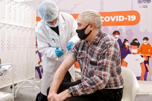 Почему люди заражаются COVID-19 после прививки, когда ждать нового всплеска и повлияли ли на ситуацию «Алые паруса»? Вот пересказ выступления Роспотребнадзора и Смольного