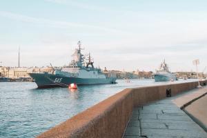 Петербуржцы злятся из-за перекрытий и фотографируют военные корабли. В городе — генеральная репетиция морского парада