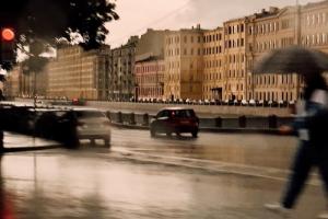 «Это уже не дождь, это ДОЖДЬ». Петербуржцы всё еще не привыкли, что аномальная жара прошла, — и радуются непогоде