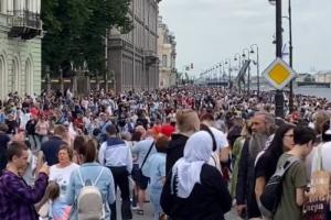 На набережных Петербурга — толпы, люди смотрят парад ВМФ. Роспотребнадзор предупреждал об опасности из-за коронавируса