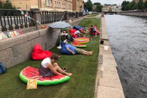 Жители Коломны обустроили на Крюковом канале пляж — с газоном, зонтами от солнца и даже бассейном 🏖