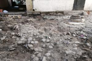 Во дворе в центре Петербурга нашли булыжное мощение XIX века — на помощь градозащитникам впервые за их практику пришел муниципалитет