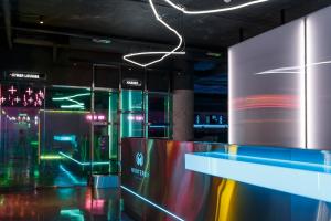 На Петроградской открывают киберпанковский геймерский клуб — с полусотней ПК, лаунж-зоной с PS5 и блюдами азиатской кухни 🤖